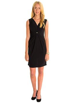 Ilse Jacobsen svarta klänning visas här av Lilla Butiken i Vänersborg