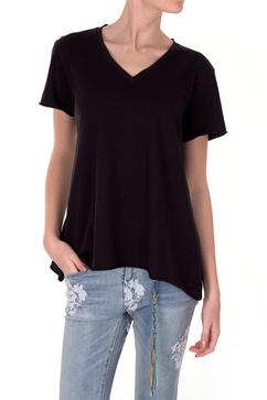 Cool svart t-shirt med a-linjeformad hals från Line of Oslo